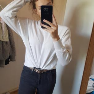 Vit stretchig swetshirt med skönt tyg. Använd och i okej skick. Vid frågor eller fler bilder skicka meddelande🌻 (Det är min spegel som är smutsig inte tröjan sorry)
