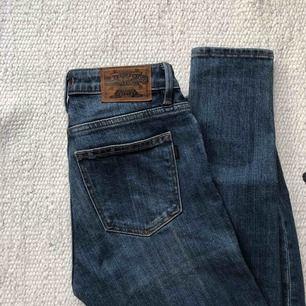 Riktigt snygga slim jeans, knappt använda så mycket bra skick! Snygg mörkblå färg.