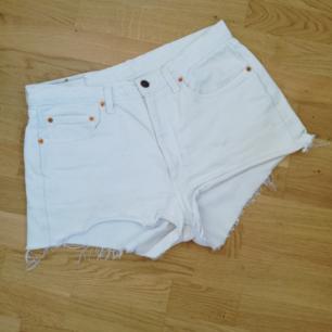 Vit cutoff jeansshorts från Levi's i stl 34 tum (80 cm midjemått). Modell 805 och höga i midjan. Frakt 63 kr.