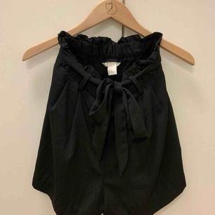 """Svarta """"kostym""""-shorts från H&M. I nyskick! Säljs då jag inte använder dom.  Möts i Falun, annars tillkommer frakt."""