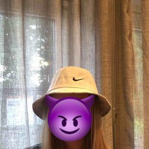 En !fake! Nike bucket hat i färgen ljusgrå. Endast testad en gång. Frakten ingår i priset 💕 xoxo (sista bilden är ej min!)