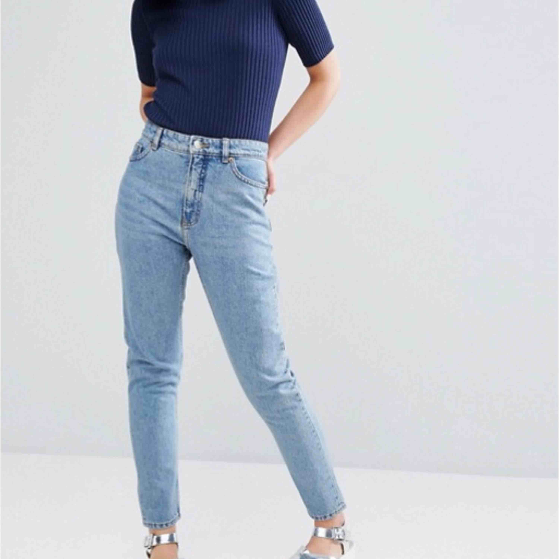 Mom jeans från monki i modellen kimomo.  Skick: som nya Kan gå ner lite i pris vid snabb affär.  Fraktar och kan mötas upp. (Köparen står för frakten) . Jeans & Byxor.
