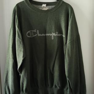 Vintage mörkgrön Champion tröja i storlek XL. Kan skickas om köparen står för fraktkostnaden som då blir 72kr.