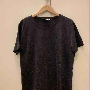Glittrig och fin t-shirt från Cappuccini. Ska tydligen vara XL men tycker den sitter mer som en stor M  Möts i Falun, annars tillkommer frakt.