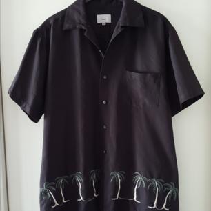 Vintage skjorta med palmer på i storlek M. Kan skickas om köparen står för fraktkostnadensom då blir 36kr.