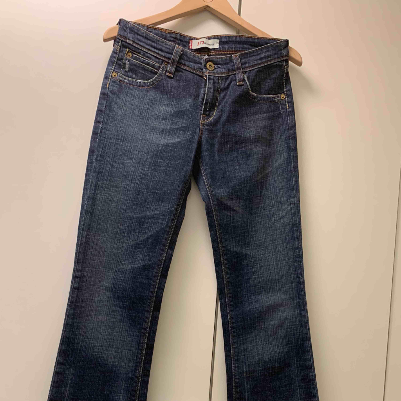 """Balla Levi's 572 med bootcut. Låga i midjan. Står ingen storlek på dom men midjan känns 25-26"""" och längden 32"""". För långa för mig, men jag är väldigt kort också (152cm) och kan inte klippa av dom (bootcut)..  Möts i Falun, annars tillkommer frakt. . Jeans & Byxor."""
