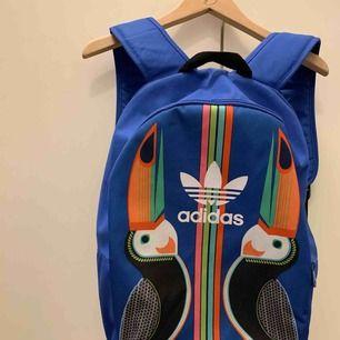 Grymmaste Adidas-ryggan! Köptes för ett par år sen och har knappt använts. Den rymmer MASSOR med grejer och har även ett separat laptop-fack. Hur ball som helst!  Kan även skicka den, men då står köparen för frakt. Möts annars i Falun :)