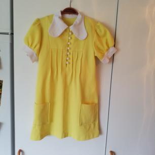 Jättefin kort gul klänning i babydoll/60talsmodell