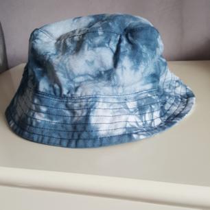 Vintage buckethat i batik, storlek 56/58. Kan skickas om köparen står för fraktkostnaden som då blir 36kr.
