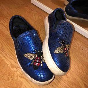Gucci inspirerade skor. Fått så mycket komplimanger för dessa men de har alltid varit för små då de är strl 37 och jag har 38. Använt skick.