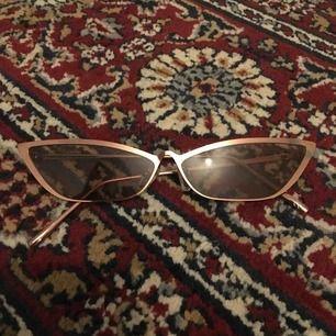 Oanvända solglasögon. Köparen betalar frakt på ca 30kr