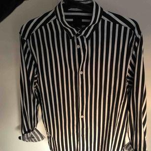 Snygg skjorta från H&M, knappt använd. Är i strl S men är oversized i storleken. 100 kr + frakt
