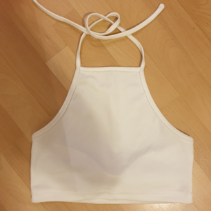 Vitt kort linne med bar rygg, perfekt till sommaren! Frakt tillkommer