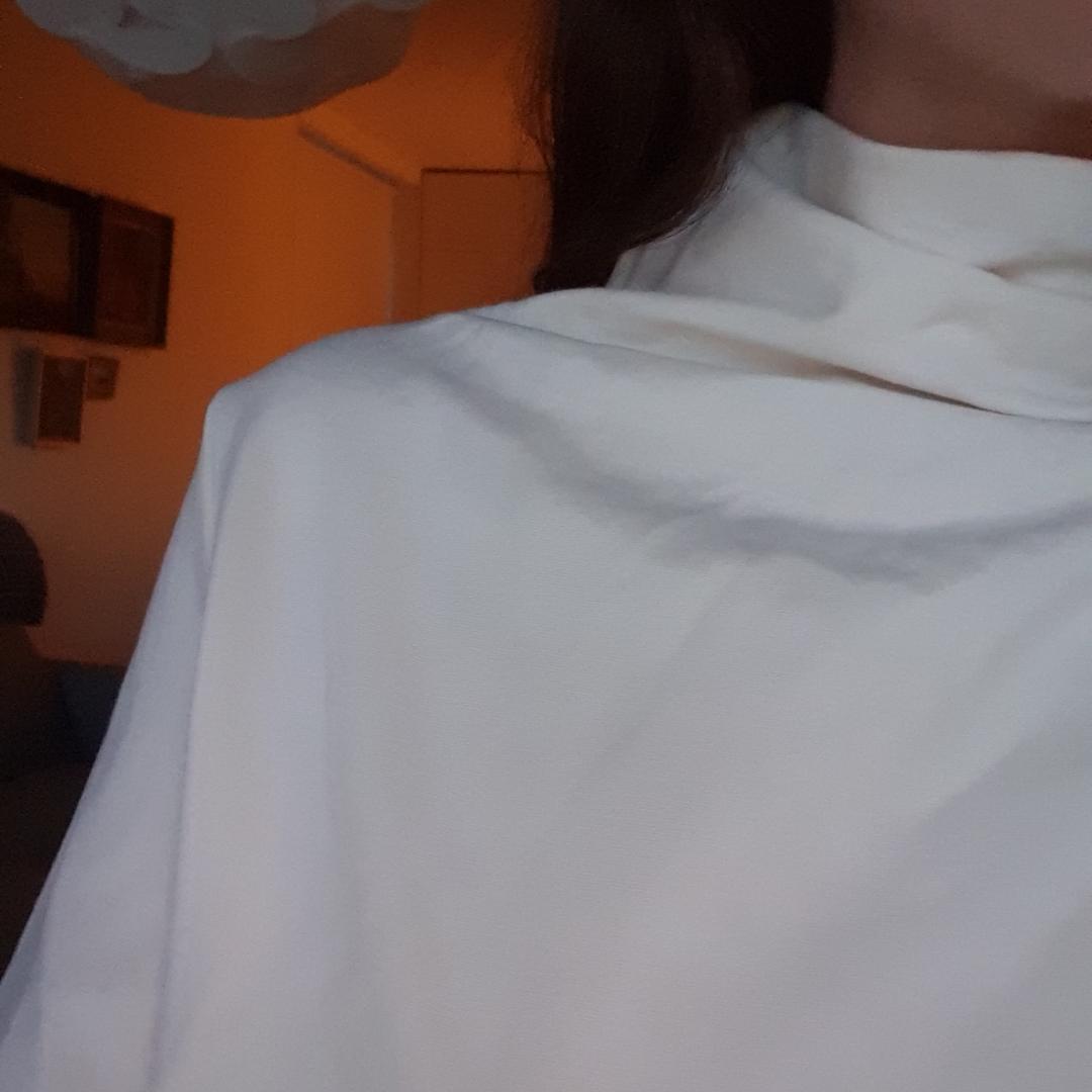 Vit klänning i lite tjockare material. Den här hög hals och vidare 70-talsärmar. Använd en gång. Frakt tillkommer. Klänningar.