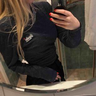 Äkta, jäääättesnygg långärmad tröja från Superdry! Älskar den men kommer tyvärr inte till användning. Storlek M men passar det mesta, beroende på hur man vill att den ska sitta! Nyskick!