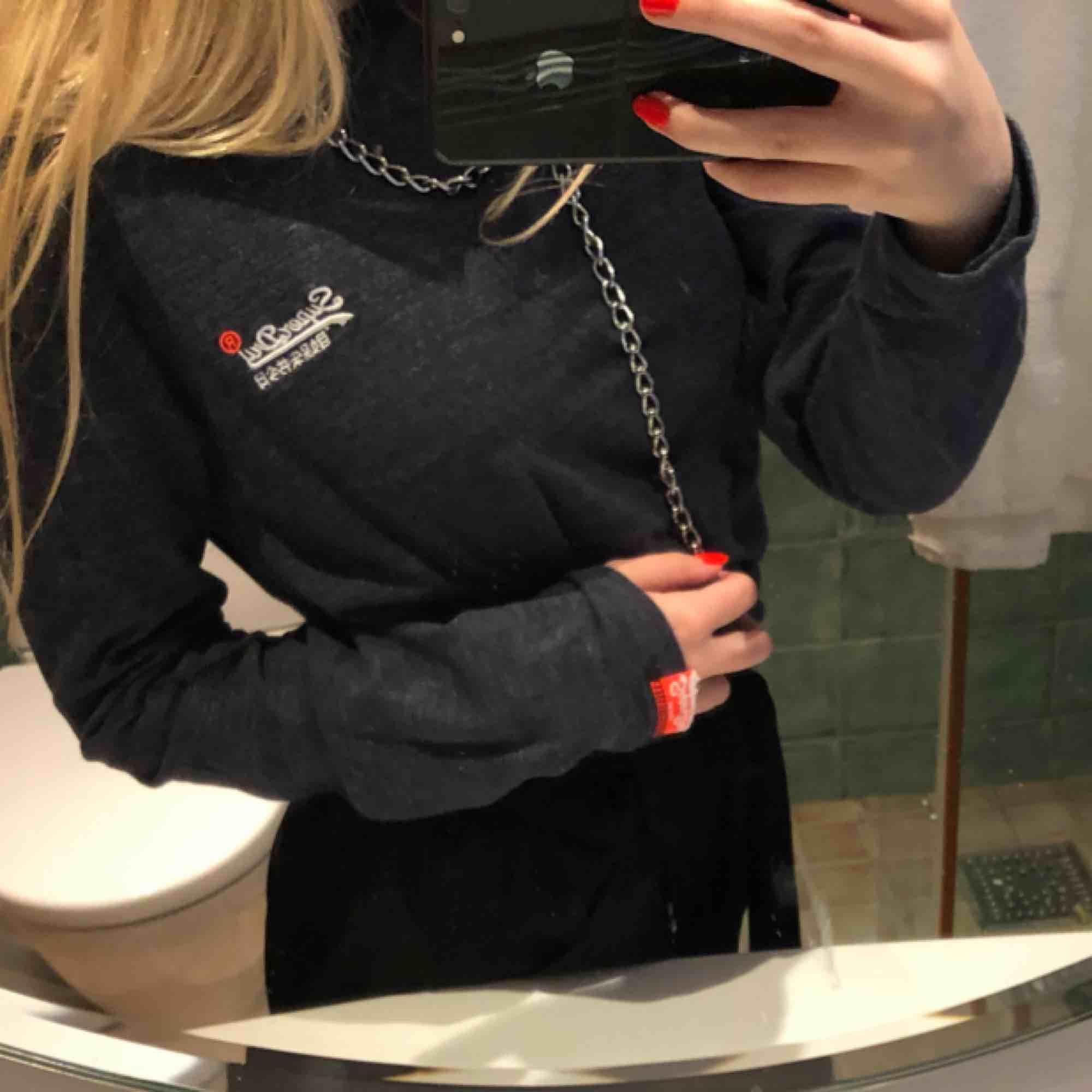 Äkta, jäääättesnygg långärmad tröja från Superdry! Älskar den men kommer tyvärr inte till användning. Storlek M men passar det mesta, beroende på hur man vill att den ska sitta! Nyskick!. Tröjor & Koftor.
