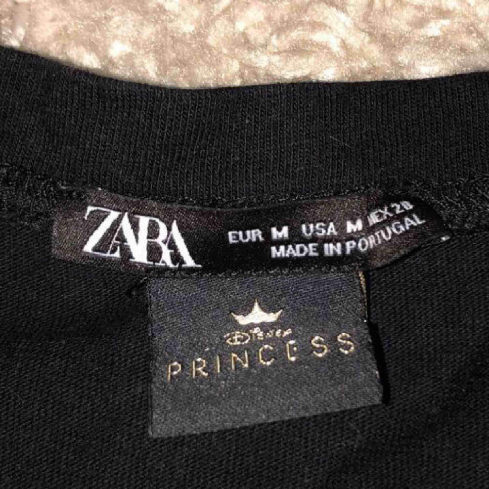 T-shirt från Zara x disney! Den är M men mer som en S😊 Knappt använd! . T-shirts.