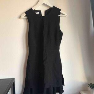 Snygg svart klänning med volanger längst ner. Den är lite stor för min lillasyster som man kan se på sista bilden men den är för liten för mig å jag ville visa hur den sitter på💕💕 Den är från mango.
