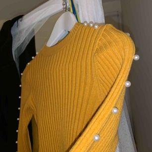Gul stickad tröja från chiquelle i one size, den är stretchig och skulle säga att den passar XS-M. Superfina pärlor på ärmarna