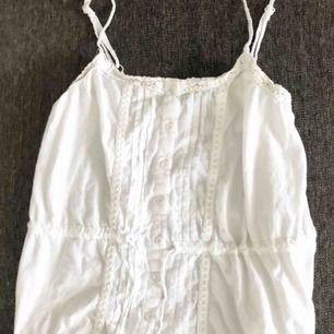 Gulligt vitt linne, aldrig använt. Passar även XS. Kan mötas i västervik eller fraktas 💜