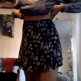 Blommig kjol, säljer även en liknande kjol i grått  Finns inga dumma frågor, så våga fråga :)  Har massor av annonser ute så kolla in, jag samfraktar gärna! Fraktar spårbart om så önskas, kan också mötas upp i Stockholm