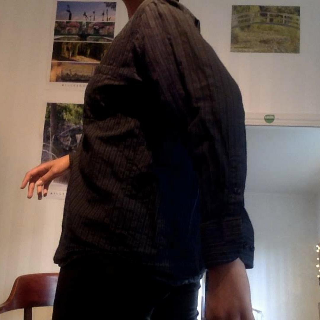 Svart randig skjorta  Finns inga dumma frågor, så våga fråga :)  Har massor av annonser ute så kolla in, jag samfraktar gärna! Fraktar spårbart om så önskas, kan också mötas upp i Stockholm. Kjolar.