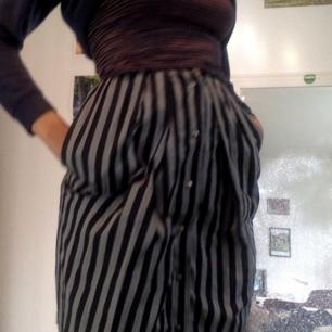 Lång randig kjol  Finns inga dumma frågor, så våga fråga :)  Har massor av annonser ute så kolla in, jag samfraktar gärna! Fraktar spårbart om så önskas, kan också mötas upp i Stockholm