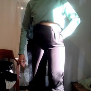 Grön sweatshirt i kraftig bomull   Finns inga dumma frågor, så våga fråga :)   Säljer även byxorna och massa annat så kolla in min profil, jag samfraktar gärna!  Fraktar spårbart om så önskas, kan också mötas upp i Stockholm