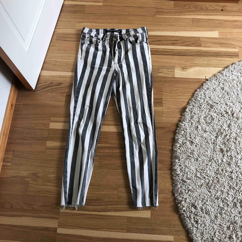 Säljer ett par jättesnygga byxor från Zara. Dom kommer tyvärr aldrig till användning så därför säljer jag dom. Köparen står för frakt. . Jeans & Byxor.