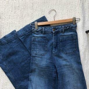 Riktigt snygga flare jeans från hm som tyvärr blivit för små! Nypris 400kr, mycket bra skick!