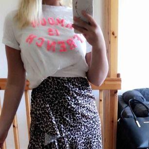 Vit t-shirt från Jubylee med rosa text, helt oanvänd.