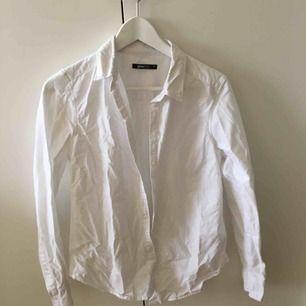 En skjorta i mjukt material (liknande linnen) från Gina tricot! Knappt använd och i toppskick.