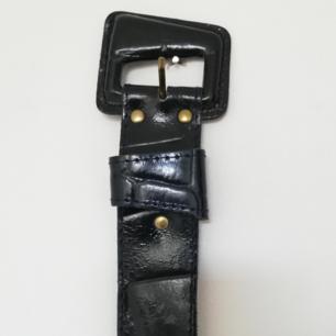 Vintage nörkblått ormskinn skärp med guldiga detaljer som mäter ca 95 cm. Hålen är en bit innan. Tror det är läder men inte säker. Frakt 42 kr.
