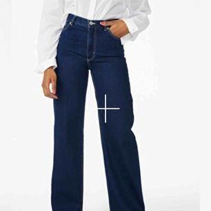 Jeans från monki YOKO! Storlek 24 men liite uttöjda så mellan storlek 24-25. Väl använda men bra skick! Har absolut varit mina favoritjeans under en lång period.