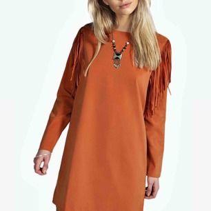 En aning skrynklig festival-klänning som är svart, hittade endast bild på den i orange. Aldrig använd! Frakt : 42kr✨🍦allt som allt 100kr