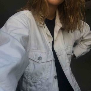Oversized vit jeans jacka, den är i storlek XS men eftersom den är oversized så är den mer som en stor S/ M. För bättre bilder skriv privat🥰 köparen står för frakt. vid flera intresserade så gäller högsta budet:)