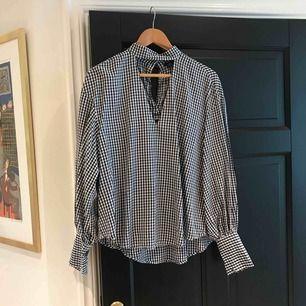 Super fin skjort/blus från zara med en snygg skärning, använd enbart 1 gång!