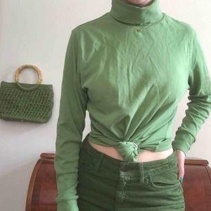 Klar-grön polotröja köpt på secondhand. På bilder sitter den på mig som är storlek S men skulle också passa större och mindre storlekar. Möts endast nära Södermalm i Stockholm. Skriv om du har någon fråga!