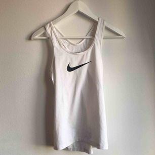 Vitt träningslinne från Nike i nyskick. Använt fåtal gånger, säljer nu för att det är för litet.