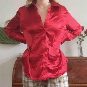 Härlig röd skjorta i siden-liknande material. Köpt secondhand. Möts endast nära Södermalm. Skriv om du har frågor.