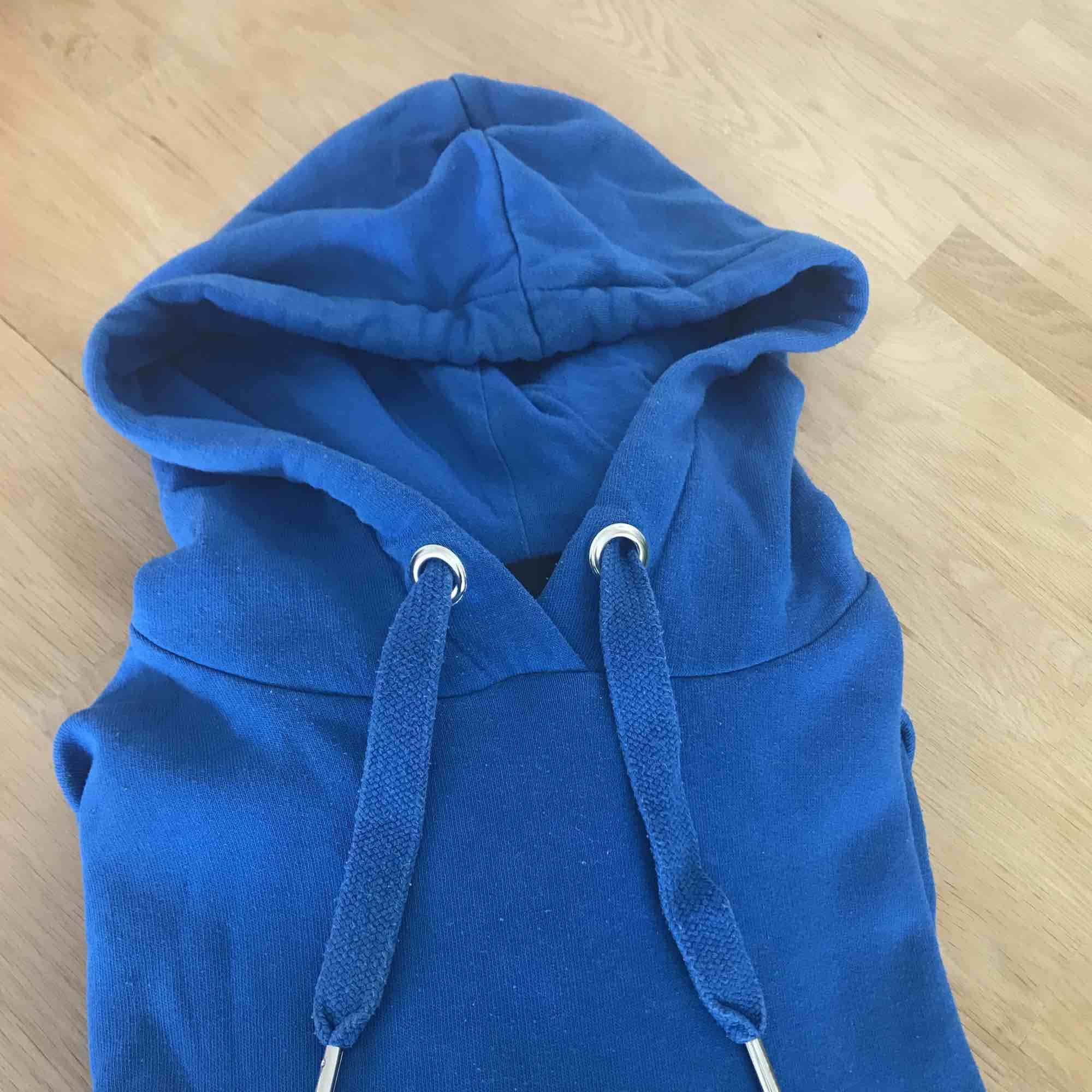 Blå hoodie från Monki.. Huvtröjor & Träningströjor.