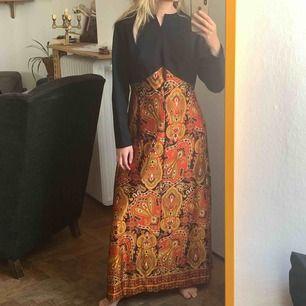Aldrig använd klänning från Beyond retro. Den är lite för stor för mig och jag bär storlek 36 (är 172cm lång). Så gissar på att den passar någon bättre med storlek 38 eller 40. Frakt : 59 ✨ dragkedjan går hela vägen upp i ryggen, bara jag som var lat