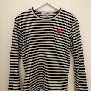 svart vit långärmad CDG PLAY tröja storlek S använd fåtal gånger och i bra skick nypris ca 1200