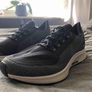 Helt nya och oanvända Nike skor! Super coola i svart och grått 🖤! modellen heter Nike W Pegasus 35 SHLD - black! köpta för ungefär en månad sedan! Ny pris är 1300kr. Kan frakta eller mötas upp någonstans i Sthlm! Köparen står för frakten! ☺️