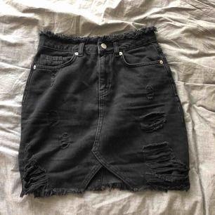 Nästan oanvänd kjol från nakd! Snygg med slitningar och en slit fram på kjolen! Storlek XS men passar även en liten S! Fungerar på längden 158-170 ungefär utan att vara för kort/lång! nypris var 499kr! Kan mötas upp i Sthlm elr fraktas! 🖤⚡️
