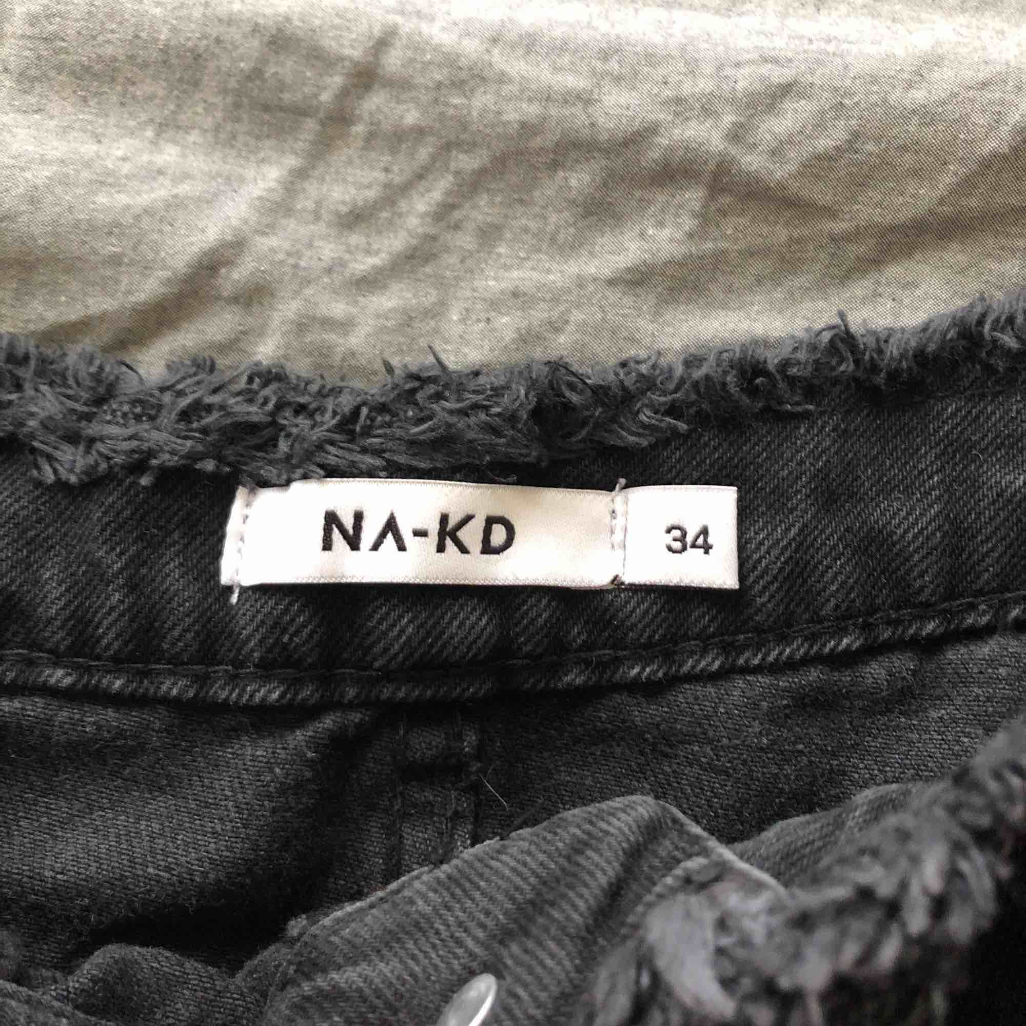 Nästan oanvänd kjol från nakd! Snygg med slitningar och en slit fram på kjolen! Storlek XS men passar även en liten S! Fungerar på längden 158-170 ungefär utan att vara för kort/lång! nypris var 499kr! Kan mötas upp i Sthlm elr fraktas! 🖤⚡️. Kjolar.