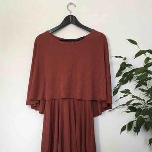 En aning skrynklig klänning från Topshop som är elastisk. Otroligt fin kvalitet! Frakt 59kr 💫