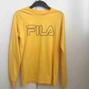 Snygg gul tröja från Fila. Använd 1 gång. Storlek XS men är större.
