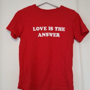 Röd T-shirt med text från Gina. Använd en gång. Vid frågor eller fler bilder skicka meddelande🌻