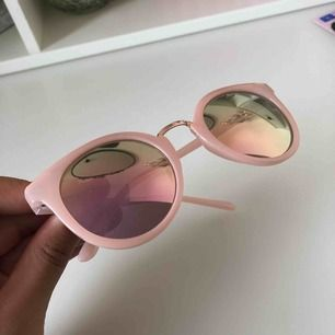 Ett par rosa solglasögon💗 Inga repor och jag kommer packa det noggrant så att de ej ska gå sönder i posten